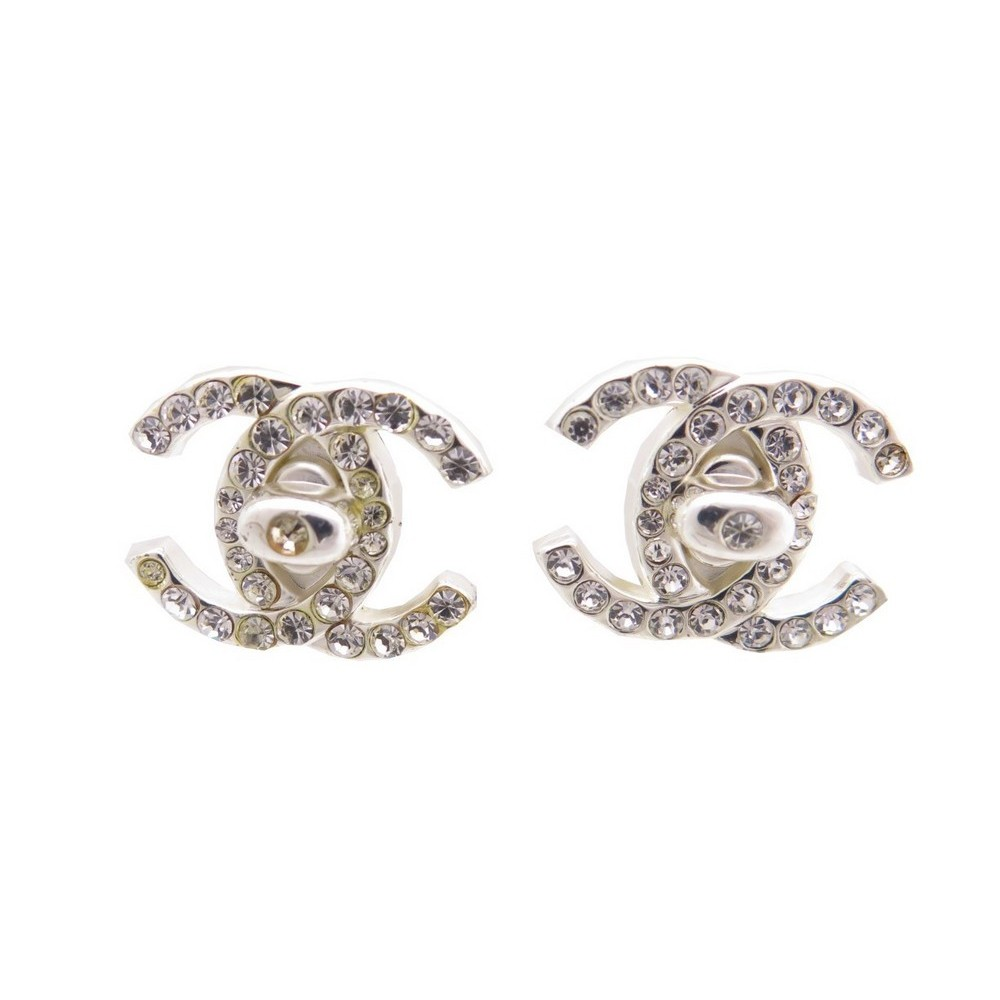 boucles d 39 oreilles chanel a clip logo cc metal. Black Bedroom Furniture Sets. Home Design Ideas