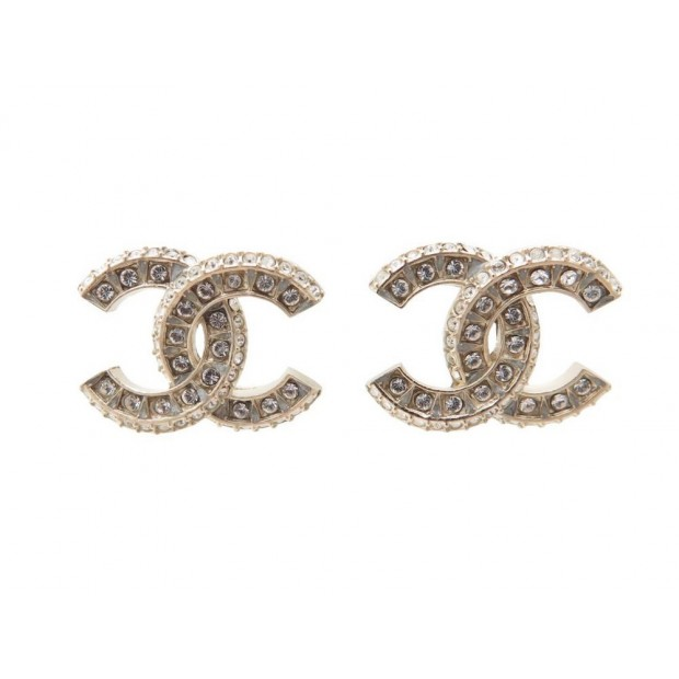 boucles d 39 oreilles chanel logo cc en metal dore. Black Bedroom Furniture Sets. Home Design Ideas