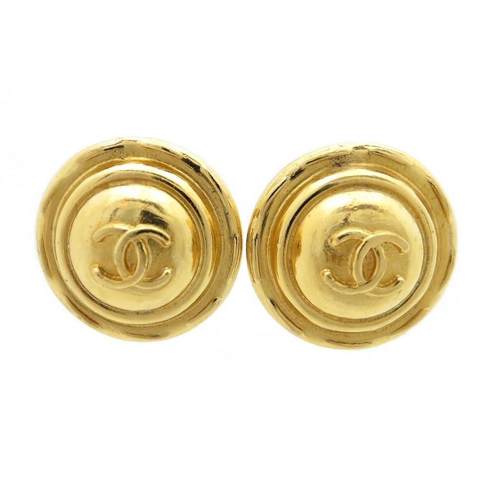 boucles d 39 oreilles chanel a clips medaillon logo. Black Bedroom Furniture Sets. Home Design Ideas