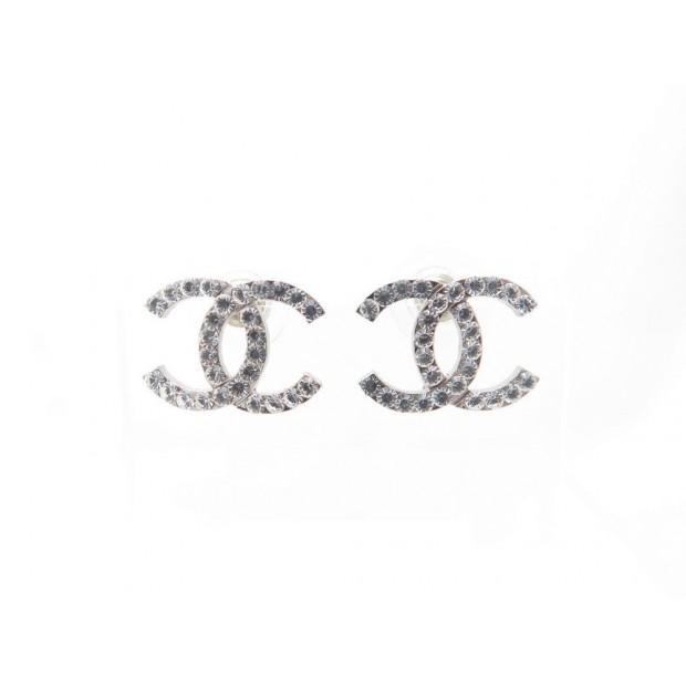 boucles d 39 oreilles chanel logo cc en metal. Black Bedroom Furniture Sets. Home Design Ideas